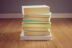 pila di libri sul pavimento