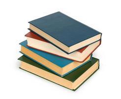 pila di vecchi libri isolata su bianco foto