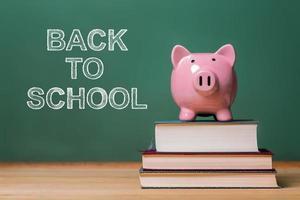 messaggio di ritorno a scuola con salvadanaio rosa foto