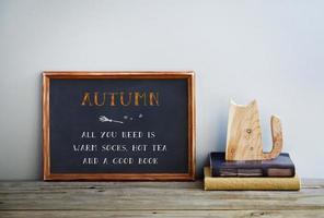 cornice di lavagna con libri e gatto autunno foto
