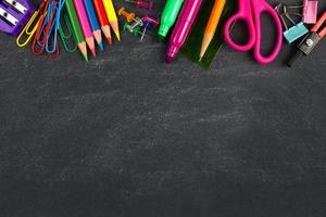 lavagna con materiale scolastico bordo superiore foto