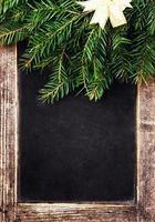 lavagna in gesso vintage con decorazioni natalizie. foto