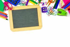 lavagna vuota con bordo di materiale scolastico