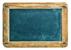 lavagna antica con la struttura di legno isolata su bianco foto