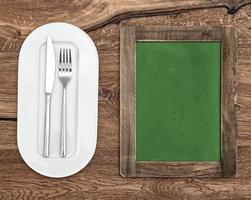 lavagna per menu o ricetta. lavagna verde con piatto bianco