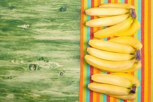 banana su una lavagna verde sul tovagliolo colorato lasciato spazio foto