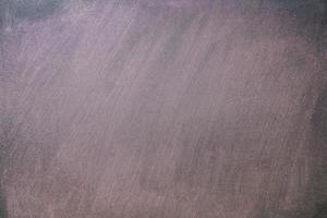 lavagna vuota sporca di polvere di gesso, sfondo di lavagna foto