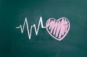 carattere e design del battito cardiaco, amore cuore su una lavagna