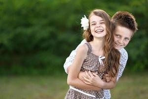 Ritratto di una ragazza di un ragazzo in estate foto