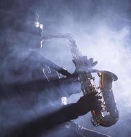 musicista jazz africano che suona il sassofono