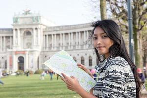 donna che studia la mappa foto