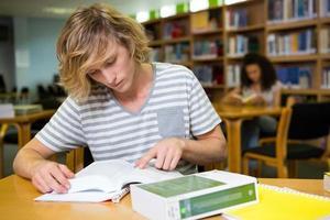 studente che studia in biblioteca foto