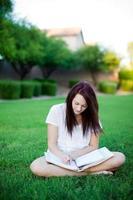 ragazza che studia nel parco.