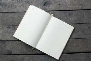 libro a copertina rigida su fondo di legno foto