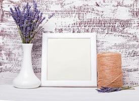 cornice bianca vuota con posto per testo e fiori di lavanda. foto