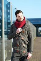 modello di moda maschio che posa all'aperto foto