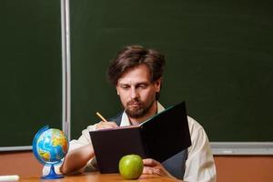 uomo. insegnante di geografia. foto