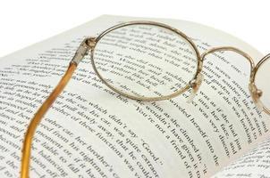 occhiali da lettura e un libro foto
