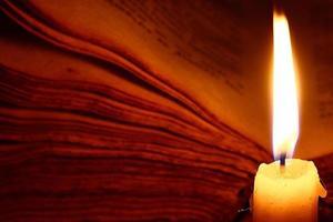 concetto di conoscenza, candela libro d'epoca foto