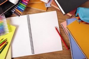 scrivania dello studente di college con il libro di scrittura in bianco, spazio della copia foto