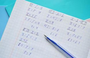 compiti di matematica in un quaderno foto