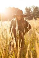 bellissima modella giovane donna in campo