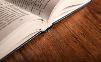 aprire un grande libro su un tavolo di legno