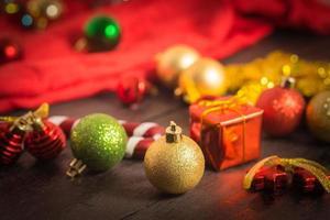 sfondo di natale ornamento rosso, confezione regalo dorata, bacche foto