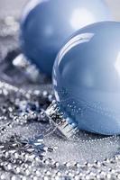 palla di Natale su sfondo lucido