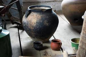 antica scena domestica con ceramiche d'epoca