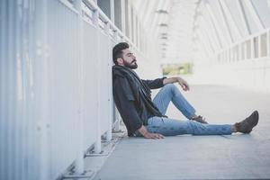 giovane uomo di modello barbuto attraente bello foto