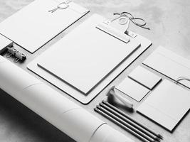 primo piano di elementi classici in bianco sullo sfondo concreto. 3d foto