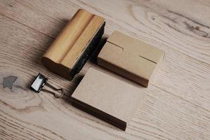 insieme di elementi classici dell'ufficio sui precedenti di legno foto