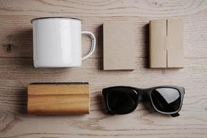 vista dall'alto di un ufficio elementi, occhiali da sole, tazza sul foto