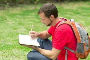 uomo che studia nel parco foto