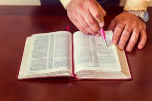 uomo o pastore che studia insegnando la Bibbia foto