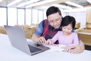 studente carino studiare con insegnante in classe foto