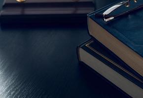 pila di libri e bicchieri che simboleggia l'abitudine di lettura del concetto foto