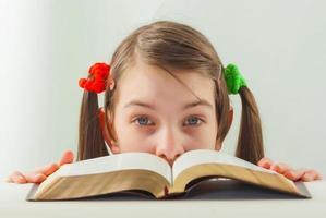 ragazza teenager sorpresa con la bibbia