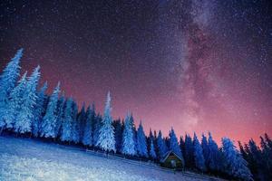 cabina in montagna. Ucraina, Europa. foto
