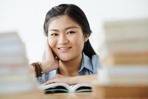 ragazza che legge foto