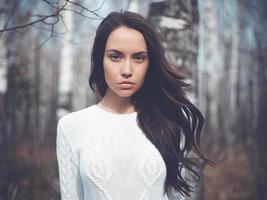 bella signora in un bosco di betulle