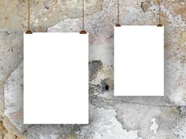 due fogli di carta con clip marrone-bianco grigio foto
