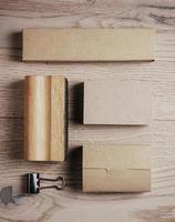 insieme di elementi di ufficio classico vuoto sullo sfondo in legno foto