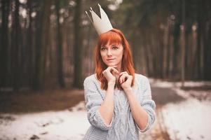 giovane donna con corona nella foresta.
