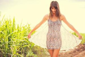 splendida ragazza romantica all'aperto. stile di vita estivo foto