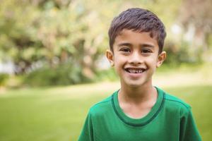 studente sorridente che guarda l'obbiettivo foto