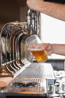 barista tirando una pinta di birra