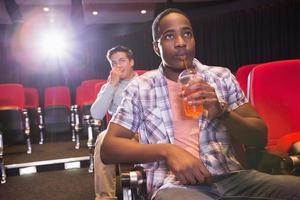 giovani amici che guardano un film foto