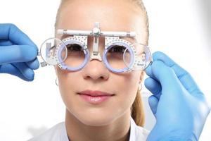 il paziente a un oftalmologo, selezione di occhiali foto